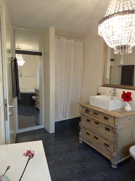 Renoviertes Badezimmer mit antiker Kommode