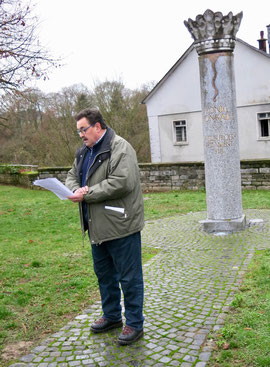 Hans-Peter Schick skizziert kurz das Wirken und die Bedeutung von König Konrad I. (Foto: Andreas Tiefensee)