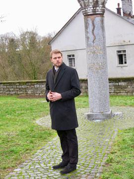 Bürgermeister Dr. Johannes Hanisch überbringt die Grüße der Stadt an der König Konrad-Säule (Foto: Andreas Tiefensee)