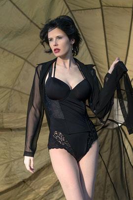 Model Ravienne Art in Retro Wäsche vor einem Fallschirm