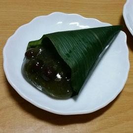 仙太郎の「くず桜」。抹茶味でほのかに緑色の葛の中に、甘く煮込まれているのに形崩れしていない小豆が粒のまま入っています。この食感はたまりません。