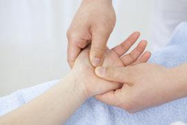 ゆがみやねじれがある部位に間接法(神経反射)によるシゲキ