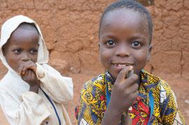 Kinder des Dorfes Adjadji