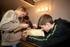 Schüler bauen einen Nistkasten