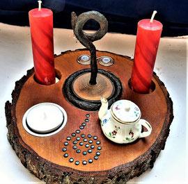 Andachtsscheibe mit roten Kerzen. Foto: HGW