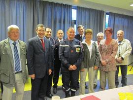 le Caporal Jahu avec son épouse, les élus et les officiers des sapeurs-pompiers