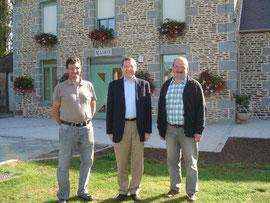 A droite le maire de Carnet, M.Prodhomme, et à gauche le premier adjoint, M.Fouasse, devant la mairie restaurée qui sera bientôt inaugurée.