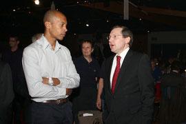 Stéphane Diagana et Philippe Bas en grande conversation à Condé S/Vire le 02.03.12 lors de la soirée des sportifs du Conseil général