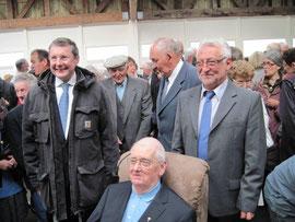 L'abbé Basile essaie le fauteuil offert avec les dons de la population du canton