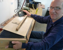 Nils Logemann in der Akkordeon-Werkstatt