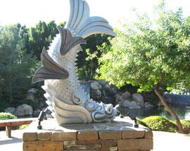 ❦ しゃちほこ(フェニックス姉妹都市姫路市より寄贈) アリゾナ州フェニックスの日本庭園にて 鯉に似ているかな?