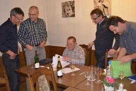 Hans Landolt beim Kassieren des Mitgliederbeitrags