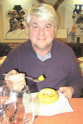 La pomme d'un vieux croûton insuliné devant la croustade aux pommes safranée