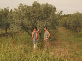 Christine et Alison dans les oliveraies de Palau del Vidre