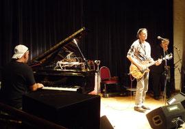 Schroeter (Piano), Wallenstein (Gitarre) und Breitfelder (Harps) ganz in ihrem Blues-Element; Foto: Nilles