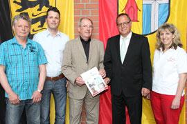 Mit einer 2.000 €-Spende unterstützt die Nussbaum Stiftung Typisierungsaktionen von B.L.u.T eV. Den Spendenscheck übergab BM a.D. Bruno Gärtner (3.v.l.) als Mitglied des Stiftungsrates an OB Walter Heiler, den Schirmherrn der Typisierungsaktion. (Bild su)