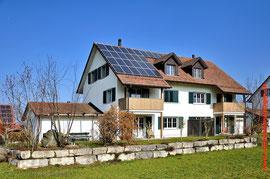 Fitze Dach AG der Dachdecker  hat schon viele Solargeneratoren montiert. Foto: Solaranlage auf einem Steildach in Windlach.
