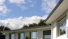 Fitze Dach AG der Dachdecker bietet Dachrandverkleidungen an. Solche Dachrandverkleidungen schützen den Unterbau vor Fäulnis und sind zudem noch dekorativ.