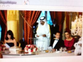Carla Bruni-Sarkozy et Nicolas Sarkozy entourent l'Emir du Qatar Hamad Bin Khalifa Al-Thani et son épouse Mozah Bint Nasser Al-Misned lors d'un dîner à l'Elysée en juin 2009.  REUTERS/Eric Feferberg/Pool