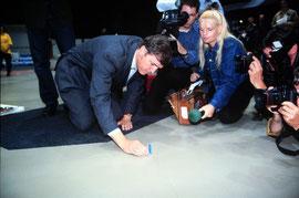 Nummer 1 von 38,5 Millionen - Loek Hermans, Gouverneur von Friesland, setzt am 14. 7. 1998 den ersten Stein des ersten Domino Days. Foto von KIPPA, unter Creative-Commons-Lizenz veröffentlicht