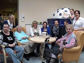 Gemeinsam mit den Mitarbeiterinnen der Kremser DM-Filiale genießen die BewohnerInnen des SeneCura Sozialzentrums Krems Haus Brunnkirchen den Nachmittagskaffee. Foto: SeneCura