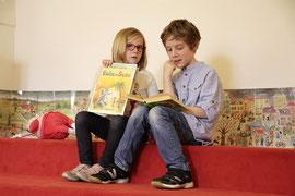 Laura und Julian haben ihr Lieblingsbuch für die Lesung in der Stadtbücherei schon ausgesucht. Foto: Stadt Krems