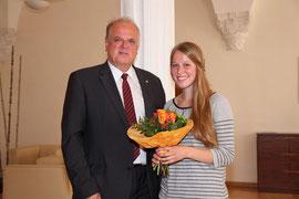 Glückwünsche von Bürgermeister Dr. Reinhard Resch an Anna Brandl für ihre außerordentliche schulische Leistung und ihr soziales Engagement. Foto: Stadt Krems.