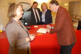 V.l.n.r.: Büchereileiterin Christiana Reischl, GR Mag. Klaus Bergmaier, StRin Eva Hollerer, Journalist und Buchautor Eugen Freund. Foto: zVg
