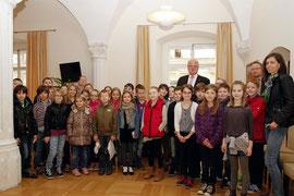 Die 3. Klassen der VS Stein besuchten Bürgermeister Dr. Reinhard Resch im Rathaus. Foto: Stadt Krems.