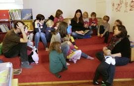 Eva Stockinger liest am Aschermittwoch in der Stadtbücherei für Kinder. Foto: Stadt Krems.