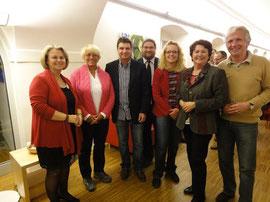 V.l.n.r.: Christiana Reischl, Renate Lind, Autor Ernst J. Schmidlechner, GR Mag. Klaus Bergmaier, Andrea Schiffinger, Mag.a Maria Schiffinger (Obfrau Literaturforum), Günther Richter. Foto: zVg