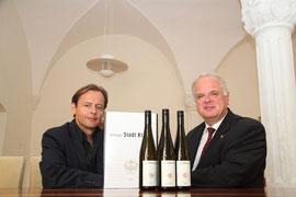 "Fritz Miesbauer und Bürgermeister Dr. Reinhard Resch präsentieren stolz. den ""Salon-Sieger"". Foto: Stadt Krems."
