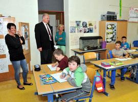 Bürgermeister Dr. Reinhard Resch im Gespräch mit den Lehrerinnen Andrea Wohlfahrter-Höbarth, Gabriele Malek und und den Kindern. Foto: Stadt Krems.