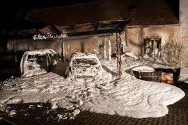 Fahrzeuge ausgebrannt - Wohnhausanlage gerettet. Foto: BFK-Krems/ M.Wimmer