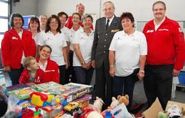 Mitarbeiter des Roten Kreuzes gemeinsam mit Präsident Willi Sauer. Foto: Eveline Gruber, OeRK LV Niederösterreich.