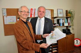 Straßenmeister Johann Pilat präsentierte Bürgermeister Dr. Reinhard Resch die Ausbaupläne für ein künftiges Schulungszentrum. Foto: Stadt Krems