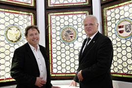Bgm. Dr. Reinhard Resch und DI Franz Beicht vom Bundesdenkmalamt nehmen das restaurierte Erkerfenster in Augenschein. Foto: Stadt Krems.