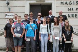 Bgm. Dr. Reinhard Resch und Stadträtin Mag. Anna Wegl gratulierten den Schülerinnen und Schülern der Neuen Mittelschule und der Polytechnischen Schule zu ihren ausgezeichneten Schulerfolgen. Foto: Stadt Krems