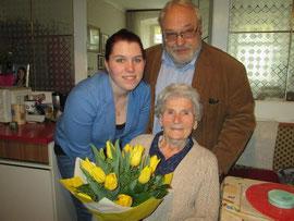 Jubilarin Maria Brückner mit GRin Schmidt und GR Friedl. Foto: zVg.