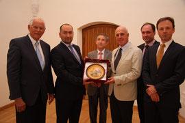 Stadtrat Dr. Wolfgang Chaloupek begrüßt IMC-Geschäftsführer Heinz Boyer und die Gäste aus Kasachstan im Kremser Rathaus. Foto: Stadt Krems