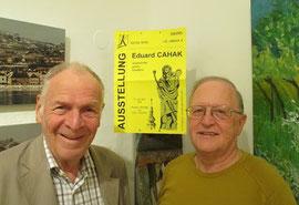 Kunstexperte Prof. Hadmar Lichtenwallner und Kultur-Mitte-Obmann Franz Kral mit dem Plakat der ersten Ausstellung der Kultur Mitte von 1994. Foto: zVg.