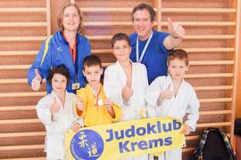 Carina Zeillinger, Fabian Dogariu, Manuel Kitzler, Leon Wiry mit den Trainern Sabine Weillechner und Jochen Schinkel. Foto: zVg