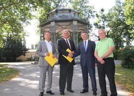 V.l.n.r.: Vizebürgermeister Mag. Wolfgang Derler, Bürgermeister Dr. Reinhard Resch, Günther Graf, Vorstandsdirektor der Kremser Bank und DI Werner Retter (Projektleiter). Foto: Stadt Krems.
