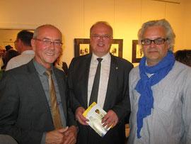 V.l.n.r.: Prof. Ewald Sacher, Bgm. Prim. Dr. Reinhard Resch, Künstler Wolfgang Peranek. Foto: zVg