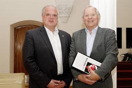Foto: Atomphysiker Helmut Rauch stattete Bürgermeister Dr. Reinhard Resch einen Besuch im Rathaus ab und nahm nachträglich nochmals seine Glückwünsche zum 75. Geburtstag entgegen. Foto: Stadt Krems.