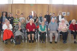 Die Bewohnerinnen und Bewohner des SeneCura Sozialzentrums Krems freuten sich sehr über den Besuch der Kremser Schülerinnen und Schüle. Fotos: SeneCura.