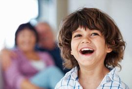 Kinderzähne sind besonders anfällig. Regelmäßige Prophylaxe schützt sie. © Yuri Arcurs - Fotolia.com
