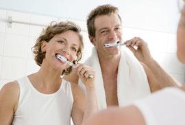 Frischer Atem durch häusliche Zahnpflege und Zungenreinigung © proDente e.V.