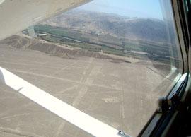 Die Nasca-Ebene, eine der trockensten Regionen der Erde, vom Flugzeug aus.