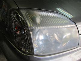 日産X-TRAIL(エクストレイル)のヘッドライトの曇り黄ばみを取り(除去し)レンズを復元(修理・修復・再生)する前のヘッドライトのアップ写真